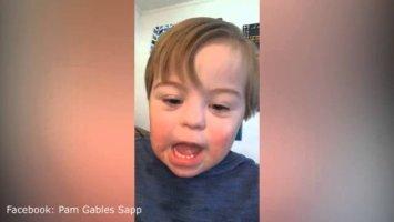 """Der 2-Jährige lernt das ABC. Doch als seine Mama ihm das """"W"""" vorsagt, ist seine Reaktion unfassbar süß!"""