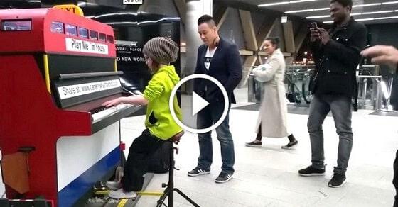 A-9-éves-kislány-leült-a-publikus-zongorához