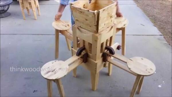Es sieht aus wie ein Wirrwarr aus Holz. Aber wenn er es bewegt? Das ist genial!